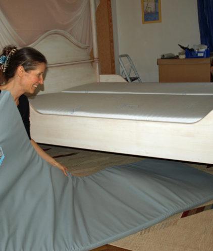 Geovital Schutzmatte werden unterm Bett verlegt