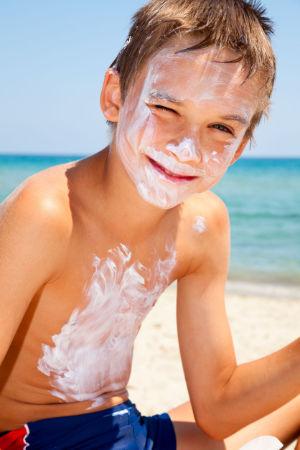 Unbedingt die Haut des Kindes vor der UVA/UVB schützen!
