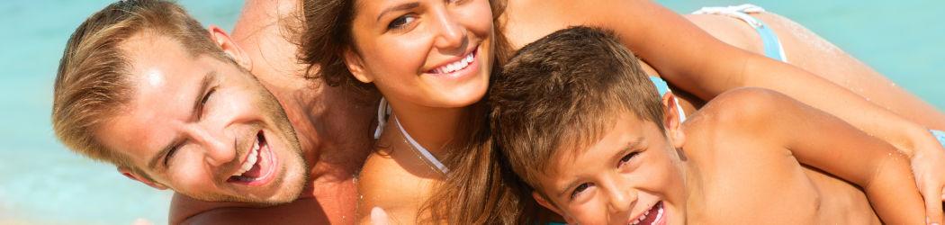 Geschützt vor der starken Sonnenstrahlung macht der Strandurlaub gleich nochmals mehr Spaß!